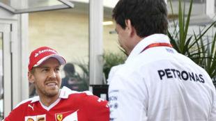 Toto Wolff departe con Sebastian Vettel durante un Gran Premio.