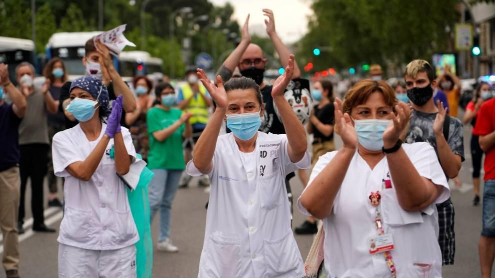 Personal médico es aplaudido en Madrid, España
