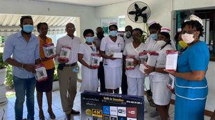 Varias enfermeras y matronas posan con los regalos de Bolt.
