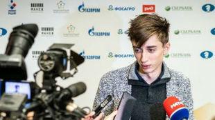 Dubov atiende a la prensa tras aganr la final del Lindores Abbey.