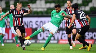 Davie Selke (Werder Bremen), acosado por Makoto Hasebe y Sebastian...