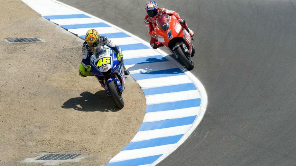 Rossi pasa a Stoner en el Sacacorchos en 2008.