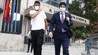 Diego Costa, junto a su abogado Carlos Sáinz, a la salida de la...