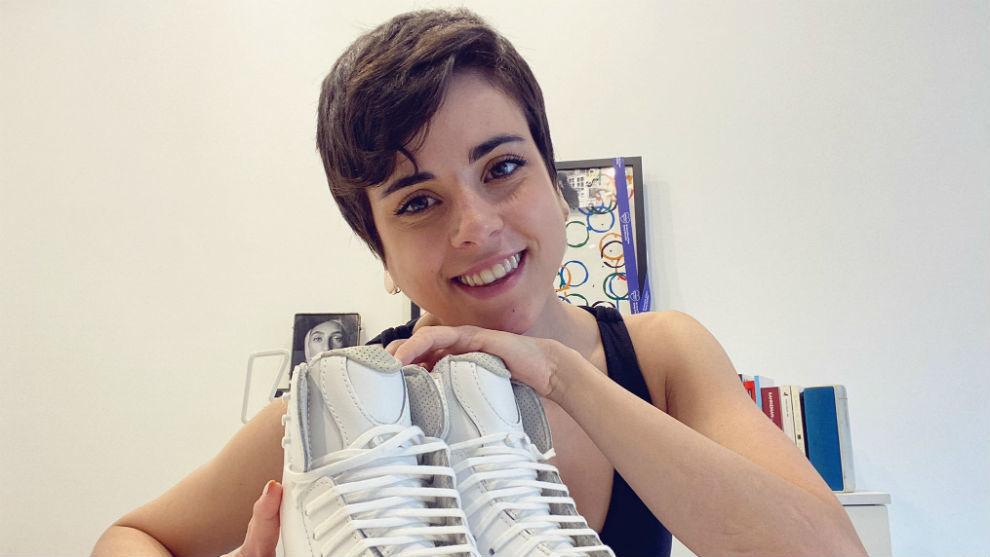 Sara Hurtado, con unos patines en casa durante el confinamiento