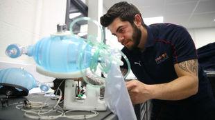 Un trabajador de Red Bull en la fábrica con el respirador contra el...