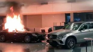El concesionario de Mercedes-Benz arrasado por los violentos en...