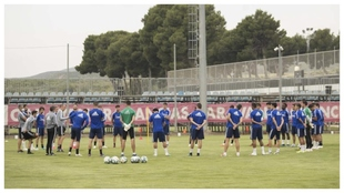 Los jugadores del Zaragoza escuchan a Víctor antes de iniciar un...