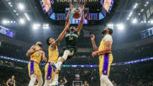 Antetokounmpo hace un mate durante un Bucks-Lakers