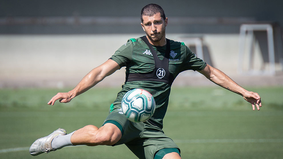 El centrocampista argentino se prepara para golpear un balón en una...
