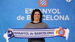 Raquel Cabezón posa con la bufanda del Espanyol tras el nombramiento.