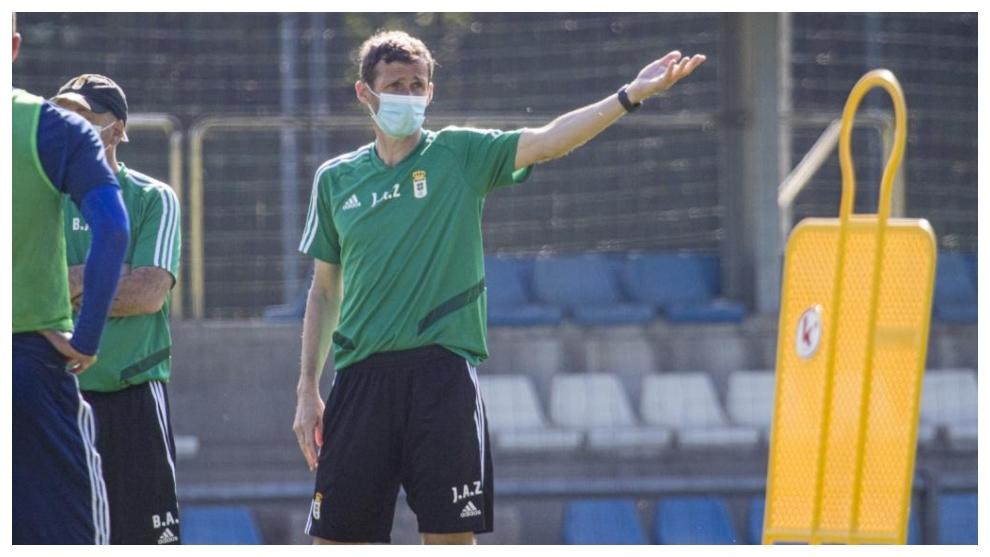 Cuco Ziganda gesticula durante un entrenamiento a sus jugadores en uno...