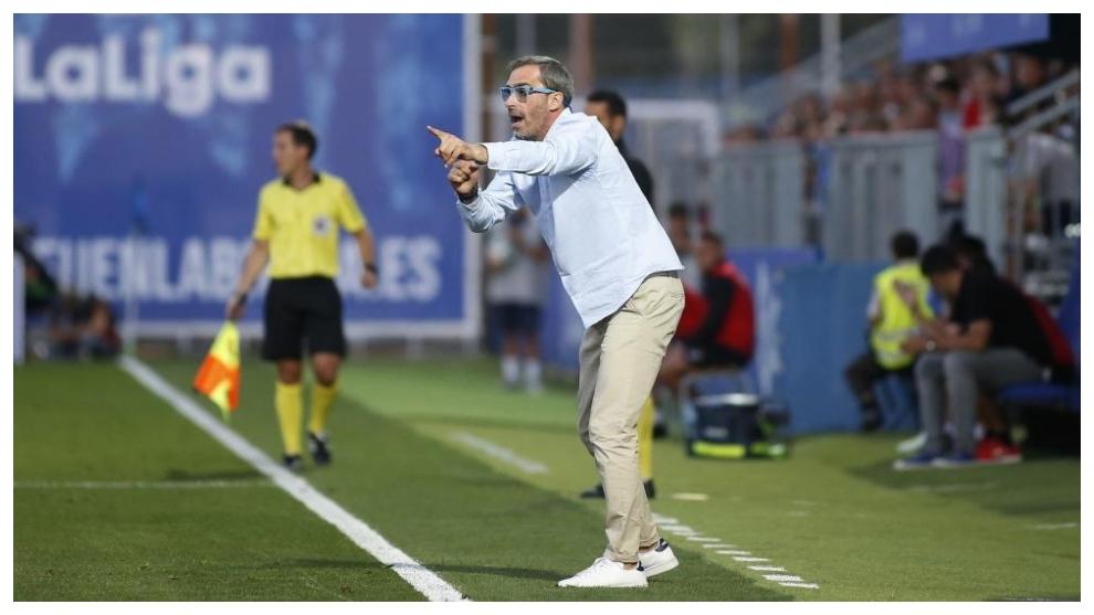Jon Pérez Bolo da instrucciones a sus jugadores durante un partido...