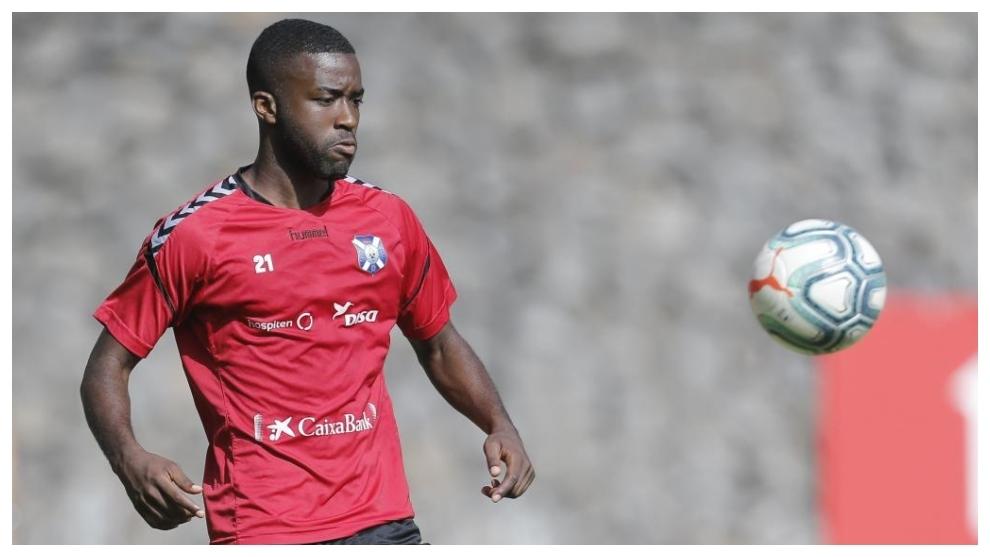 Shaq Moore tocandp el balón durante un entrenamiento del Tenerife