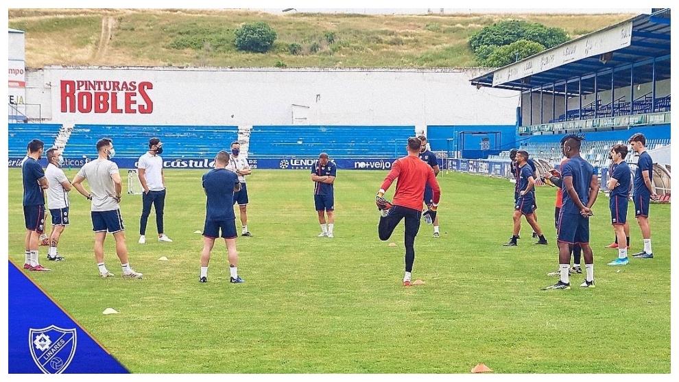 Los jugadores del Linares entrenando para preparar los 'playoffs' de...