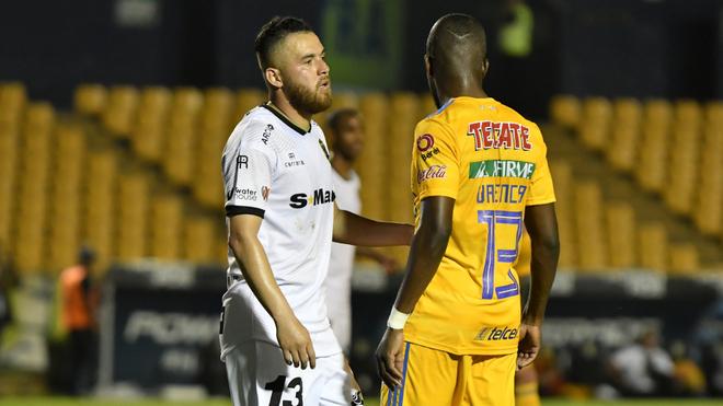 Israel Jiménez en un duelo de Bravos ante Tigres.