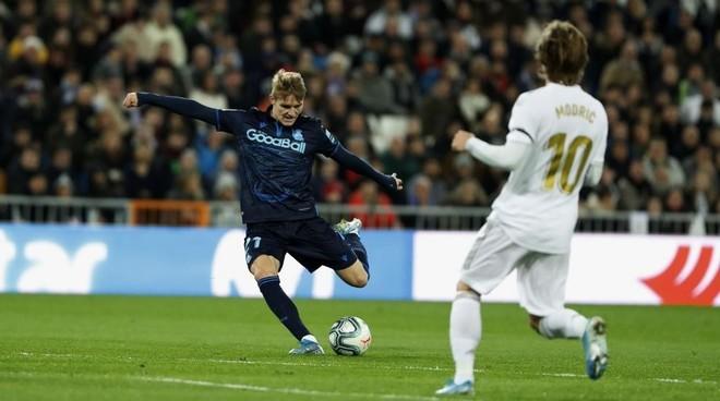 Martín Odegaard y Luka Modric, en el partido de la LIga Santander...