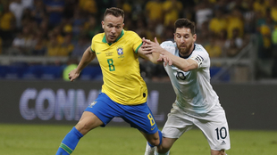 Arthur con Messi en un duelo de la Copa América.