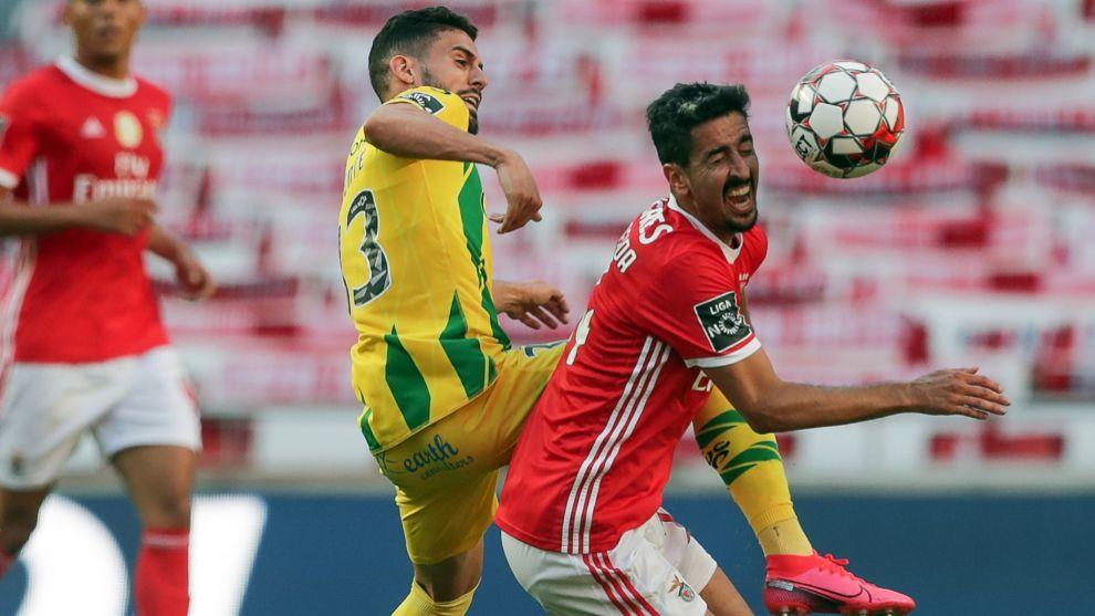 Andre Almeida (Benfica) lucha contra Yohan Tavares, del Tondela.