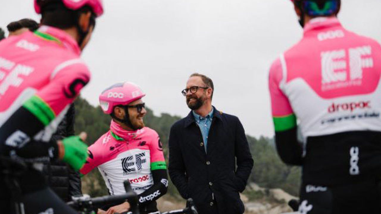 Vaughters rodeado de sus ciclistas del Education First