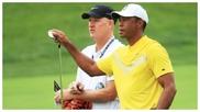 Tiger Woods coge un palo al lado de Joe La Cava, su caddie.