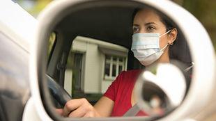 Una mujer conduce con mascarilla durante el estado de alarma.