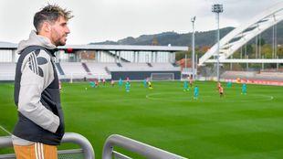 Javi Martínez sigue un entrenamiento del Athletic en una visita a...