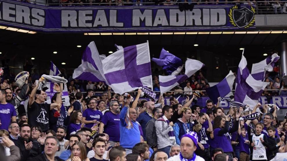 Aficionados del Madrid en las gradas del WiZink Center durante un...