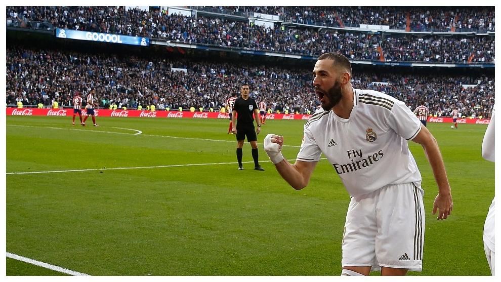Benzema celebra el gol que le dio el triunfo al Madrid en el derbi.