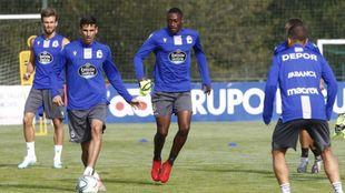 Vicente Gómez controla el balón en un entrenamiento del Deportivo de...