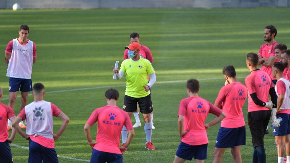 Paco Jémez se dirige a sus jugadores en el entrenamiento vespertino...