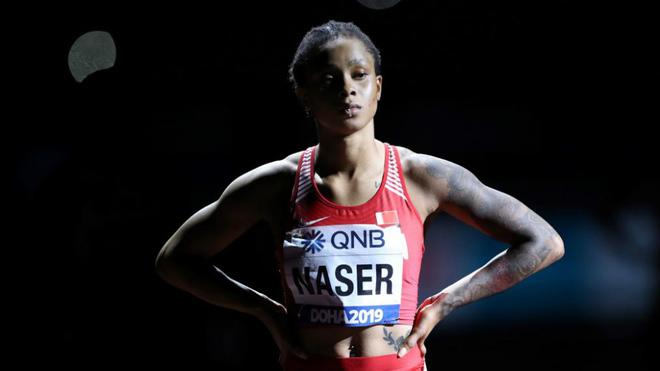 Salwa Eid Naser antes de competir en la final de los 400 metros del...