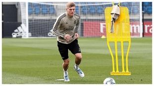 Toni Kroos se prepara para golpear un balón durante una sesión de...