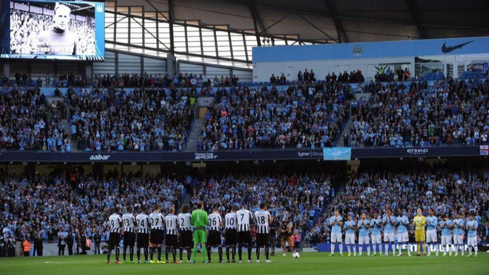 Jugadores de Newcastle y City guardan un minuto de silencio por Bert...