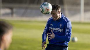 Burgui cabecea un balón en un entrenamiento del Zaragoza