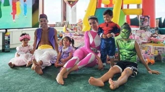 Cristiano, disfrazado con su familia en el cumpleaños de sus hijos.