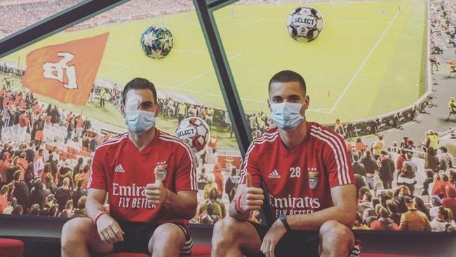 Zivkovic y Weigl posan después de que el autocar del club fuera...