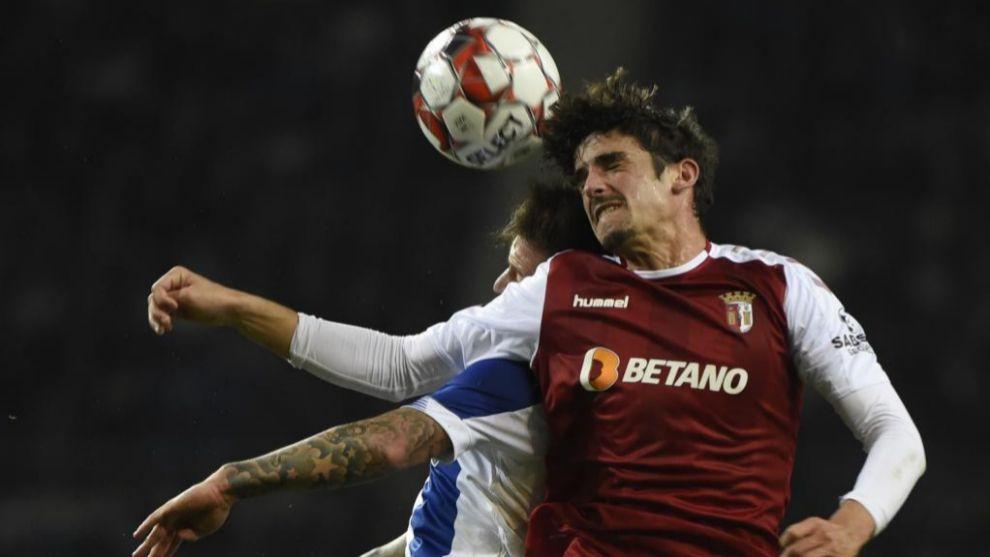 Trincao pugna un balón por alto en un partido contra el Oporto.