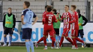 Nils Petersen celebra con sus compañeros el gol al Gladbach.