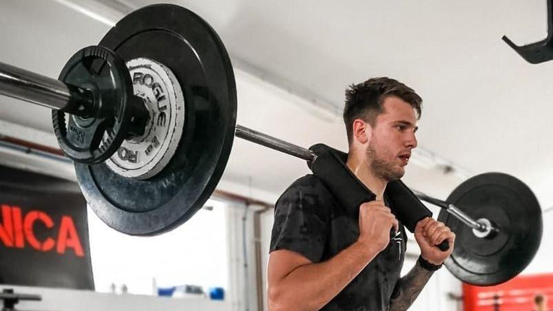 Luka Doncic, base de los Dallas Mavericks, se ejercita en el gimnasio.
