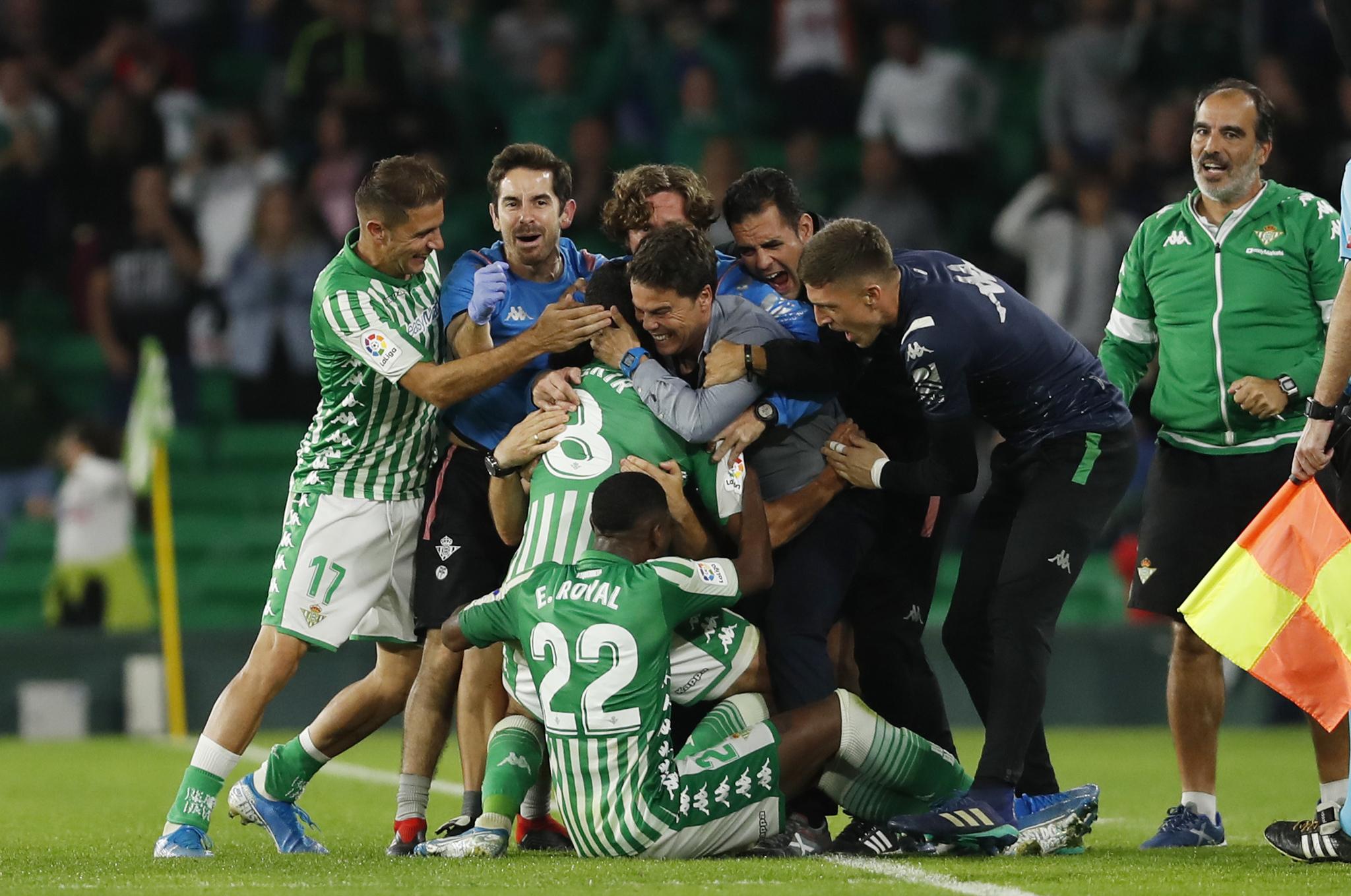 Fekir, celebrando con Rubi su gol ante el Celta