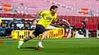 El jugador del Barcelona Messii se entrena en el césped del Camp Nou.