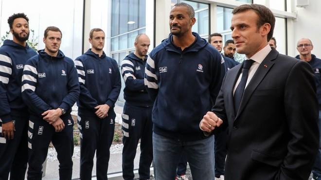 Didier Dinart, junto con Emmanuel Macron y la selección francesa, en...