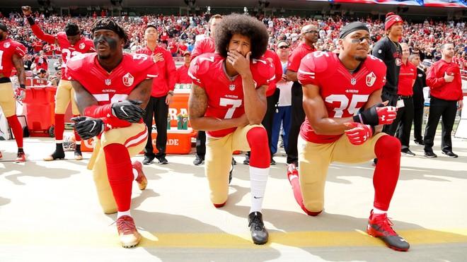 Colin Kaepernick y otros jugadores del San Francisco 49ers, en una...