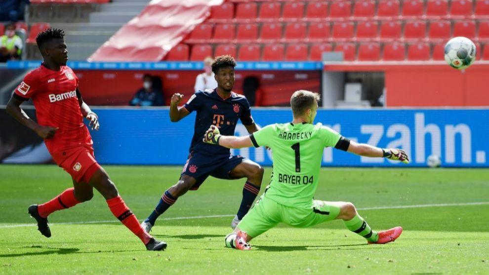 Kingsley Coman bate a Hradecky para anotar el 1-1 del Bayern ante el...