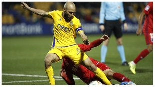 El capitán Laure lucha por haacerse con  el balón en un partido del...