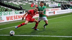 Florian Wirtz protege el balón ante Leo Bittencourt, del Werder...