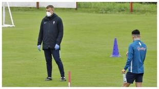 Djukic, con mascarilla y guantes, durante un entrenamiento del...