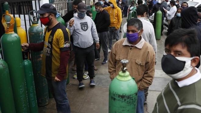 En Perú el coronavirus ha provocado el desabastecimiento de oxígeno...