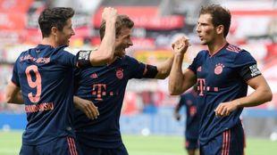 Lewandowski, Müller y Goretzka celebran un gol contra el Leverkusen.