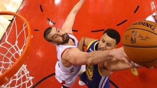 Marc Gasol trata de impedir una canasta de Stephen Curry durante un...